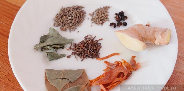 лавровый лист, листья карри, мускатный цвет, зира, аджван, тибетский перец, чёрный перец