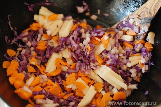 Сельдерей, морковь, картофель, лук, имбирь в воке