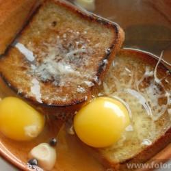 Итальянский запеченный хлебный суп (Zuppa Pavese)