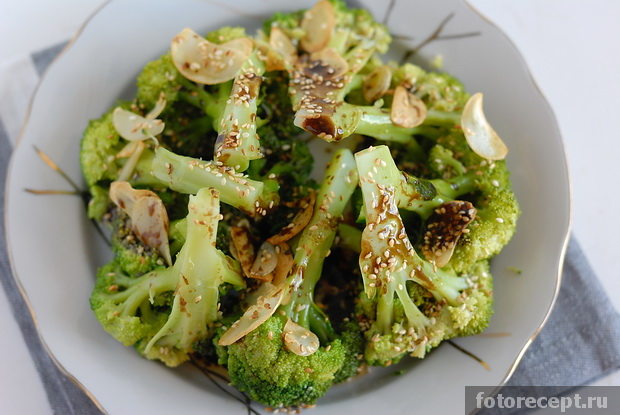 Тёплый салат из брокколи с кунжутом по рецепту Джейми Оливера