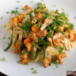 Тёплый салат с курицей и лисичками