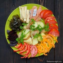 Салат из красной рыбы с овощами
