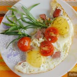 Яичница с черри и колбасой