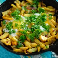 Жареная картошка с зеленью и яйцами