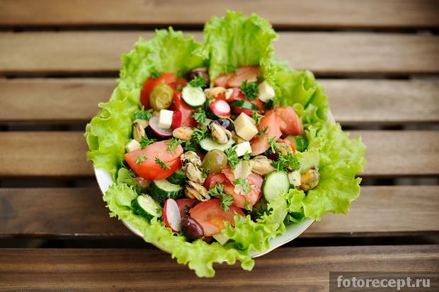 Салат из листьев салата с мидиями