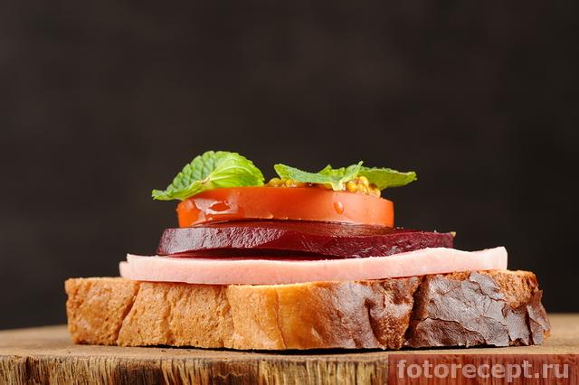 Сэндвич с ветчиной и свёклой