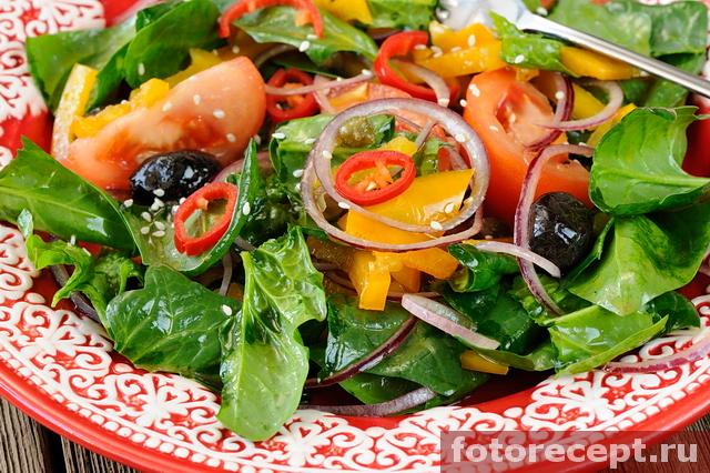 Яркий салат с помидорами, шпинатом и сицилийской заправкой