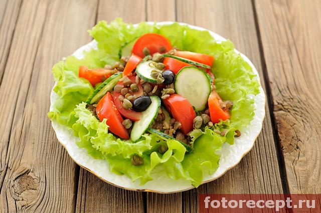 Салат с чечевицей, рисом и овощами