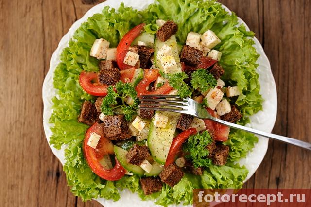 Греческий салат с чесночными тостами