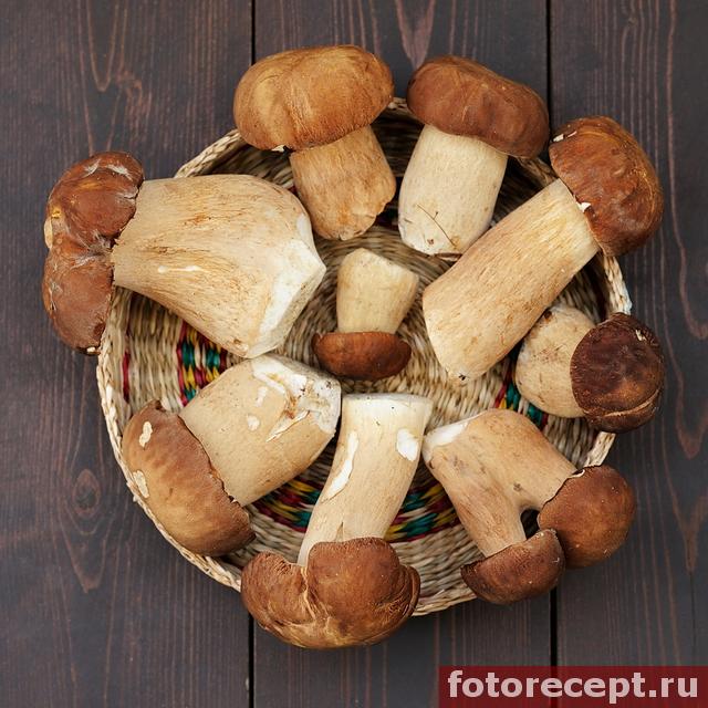 белые грибы в корзинке