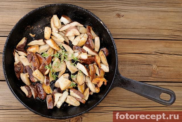 Жареные белые грибы в сковороде