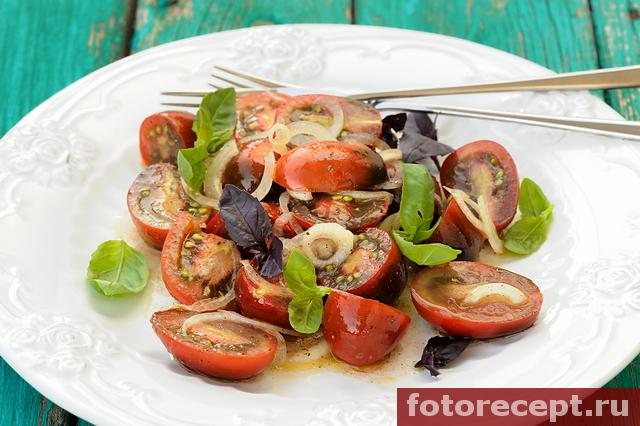 Салат из помидоров с маринованным луком