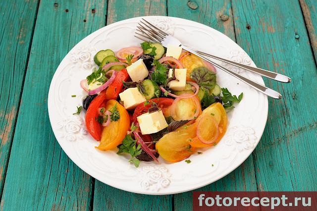 Салат с цветными помидорами и сыром