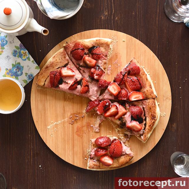 Сладкая пицца с клубникой