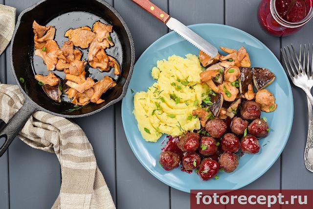Фрикадельки с ягодным соусом и лесными грибами